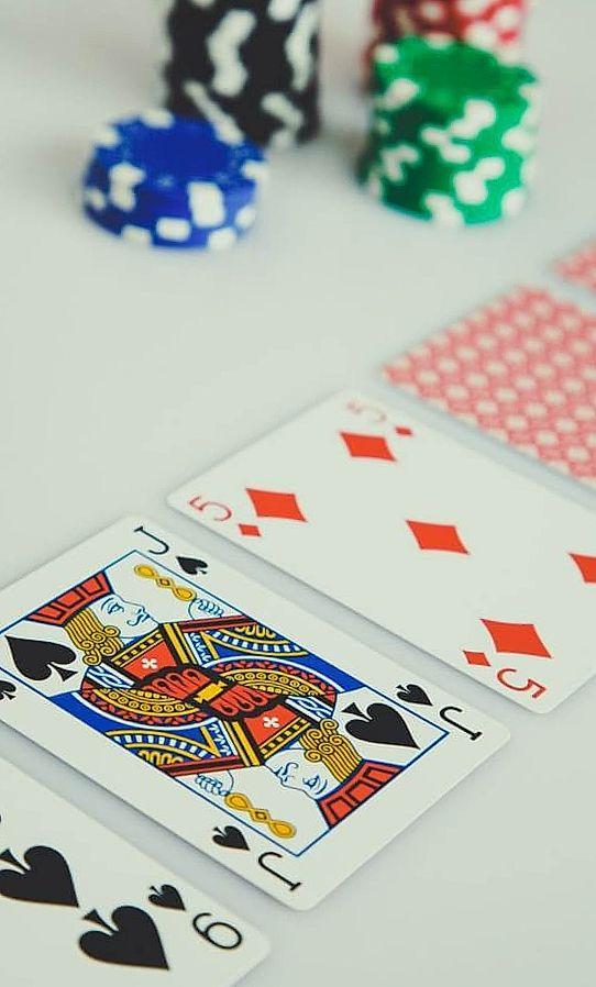 Pokerkaart op de witte tafel